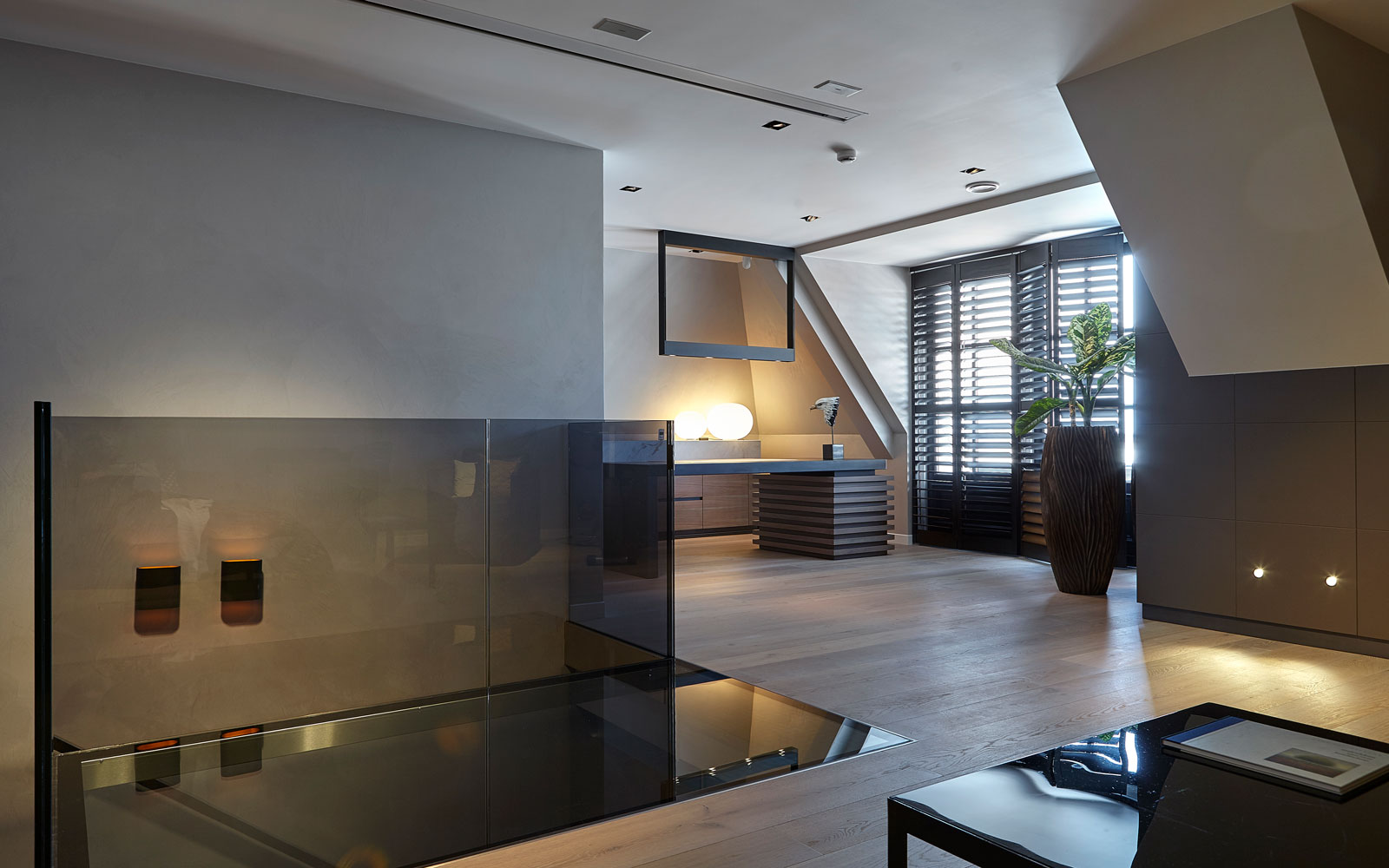 Bovenverdieping, vide, glazen balustrade, houten vloer, shutters, penthouse, Eric Kant