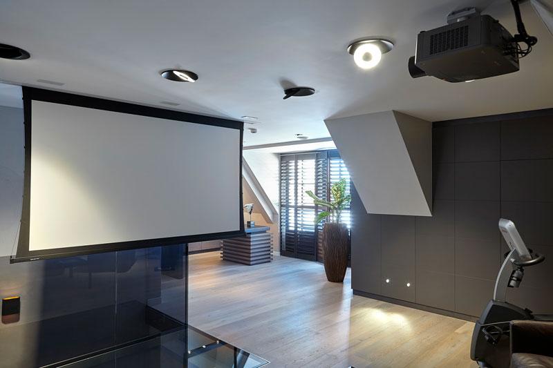 Bovenverdieping, vide, glazen balustrade, houten vloer, shutters, beamer, scherm, penthouse, Eric Kant