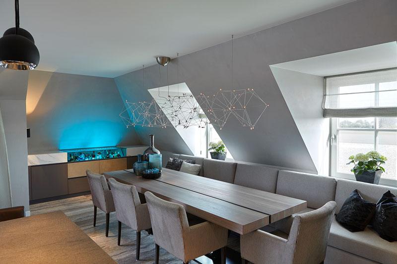 Keuken, eettafel, wijnkoelkast, drankkast, ledverlichting, houten tafel, penthouse, Eric Kant
