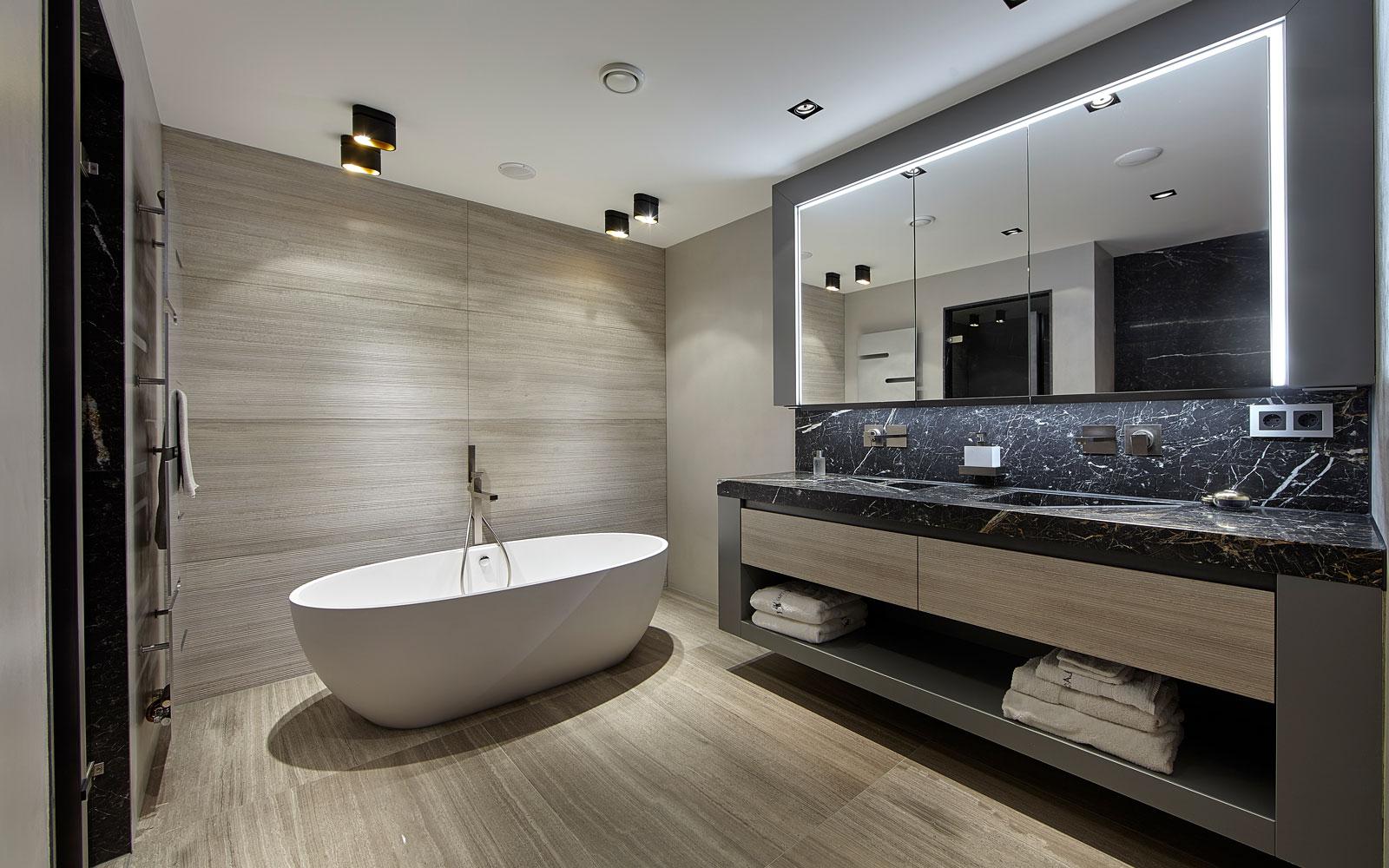 Badkamer, vrijstaand bad, bad, wastafel, spiegels, marmer, penthouse, Eric Kant