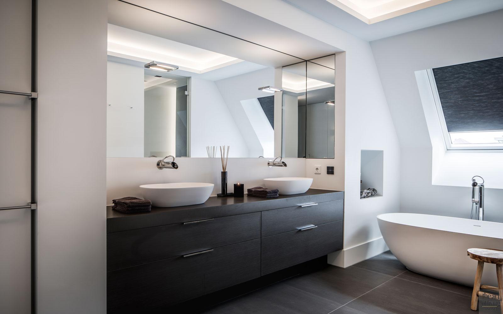 Badkamer, wastafel, sanitair, douche, vrijstaand bad, tegelvloer, landelijke nieuwbouw, Kabaz