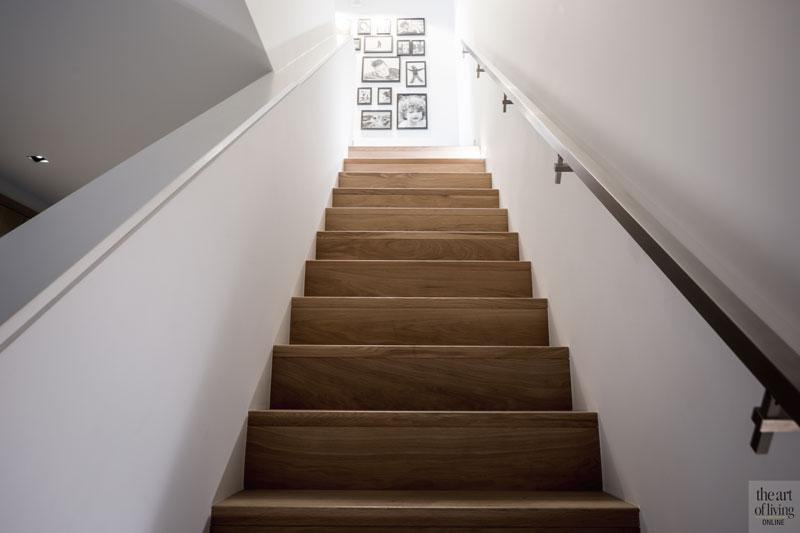 Trappenhuis, houten trap, hal, tegelvloer, ruimtelijk, landelijke nieuwbouw, kabaz
