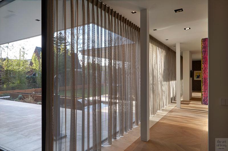 Veel glas, grote ramen, Si-X, vitrage, PGA Groep, zicht op de tuin, lichtinval, houten vloer, modern en eigentijds, De Bever Architecten