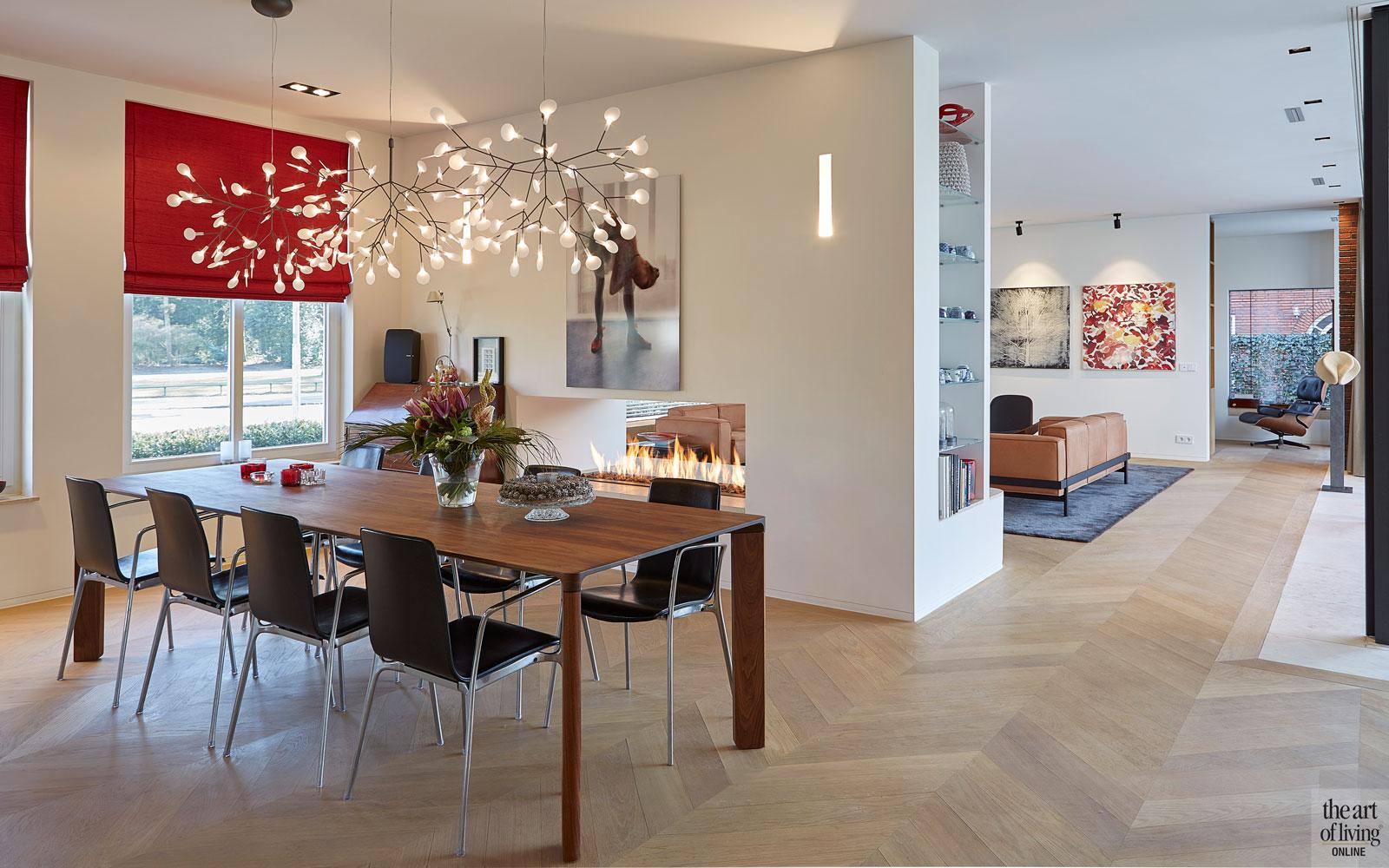 Eettafel, houten tafel, houten vloer, visgraat, boekenkast, hanglamp, Moooi, modern en eigentijds, De Bever Architecten