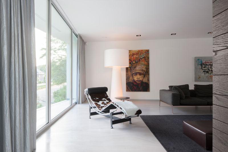 Woonkamer, living, lounge chair, grote ramen, lichtinval, zwevende villa, Lab32 architecten