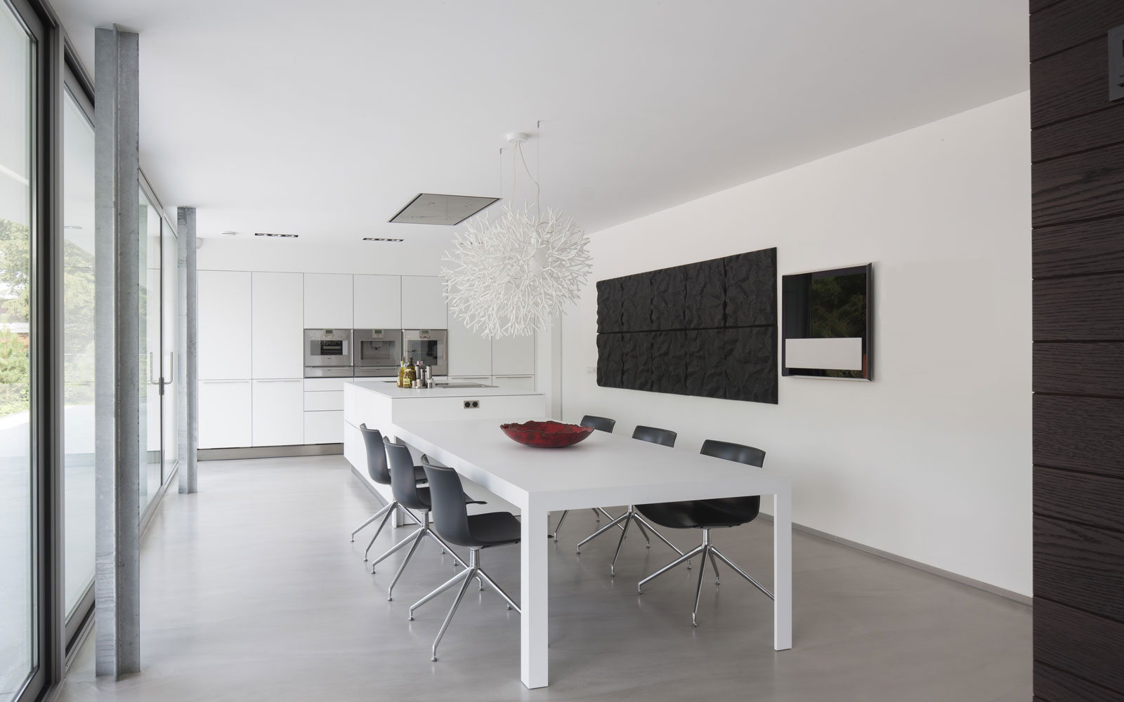 Keuken, strak, wit, kookeiland, eettafel, zwevende villa, Lab32 architecten