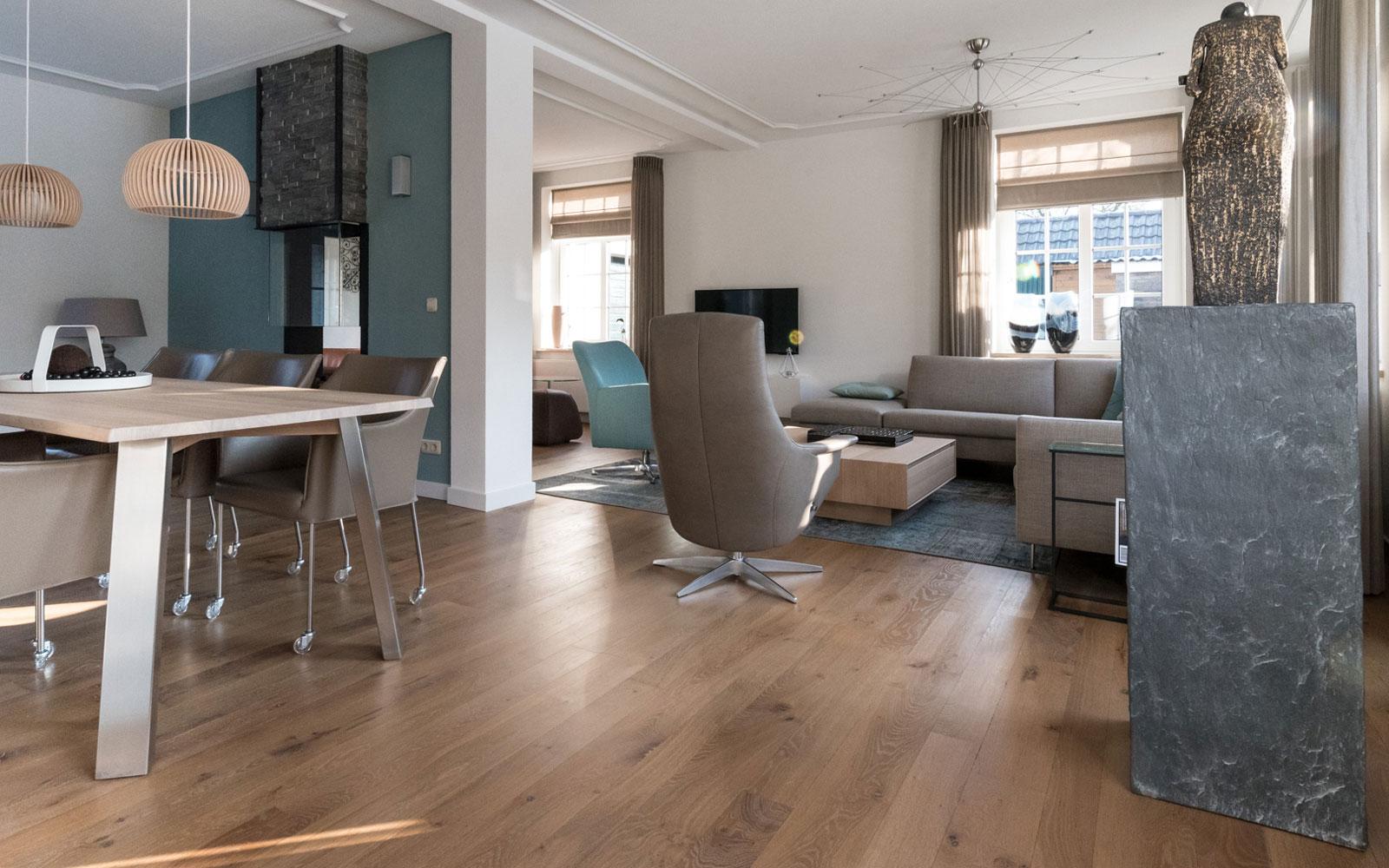 Woonkamer, houten vloer, doorkijkhaard, ruimtelijk, hoekbank, Metamorfose interieur | MarStyling | Van Oort Interieurs