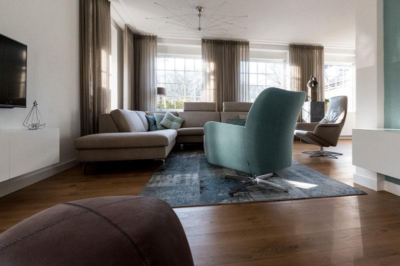 Woonkamer, hoekbank, zithoek, lounge chair, houten vloer, Metamorfose interieur | MarStyling | Van Oort Interieurs