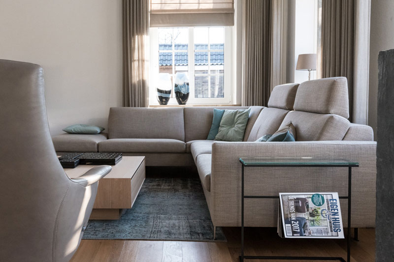 Woonkamer, bank, hoekbank, living, houten vloer, Metamorfose interieur | MarStyling | Van Oort Interieurs