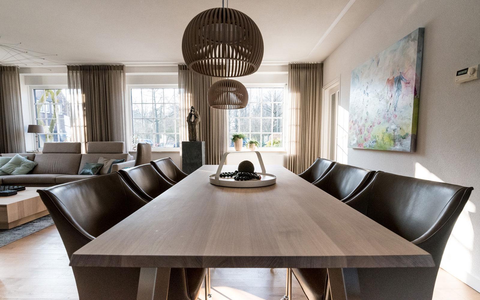Woonkamer, eettafel, houten tafel, verlichting, Metamorfose interieur | MarStyling | Van Oort Interieurs