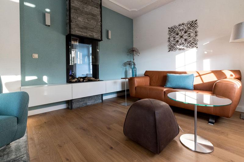 Woonkamer, doorkijkhaard, open haard, houten vloer, kleurgebruik, Metamorfose interieur | MarStyling | Van Oort Interieurs