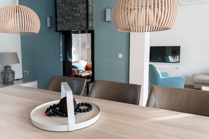 Eettafel, houten tafel, woonkamer, doorkijkhaard, sfeervol, Metamorfose interieur | MarStyling | Van Oort Interieurs