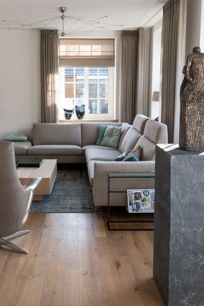 Woonkamer, living, bank, houten vloer, Metamorfose interieur | MarStyling | Van Oort Interieurs