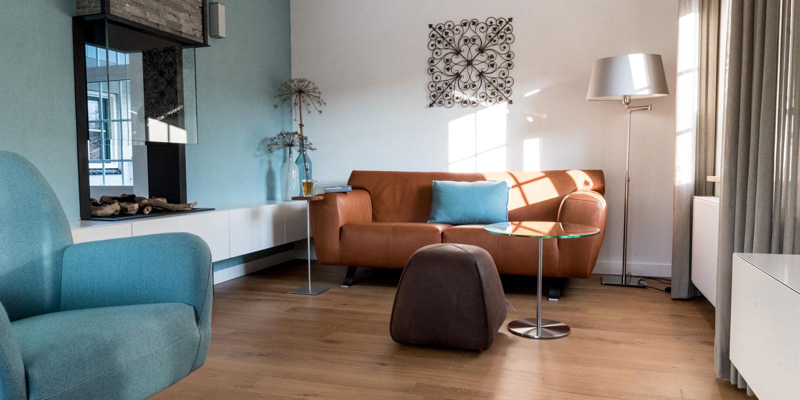 Woonkamer, living, kleu, houten vloer, bank, Metamorfose interieur | MarStyling | Van Oort Interieurs