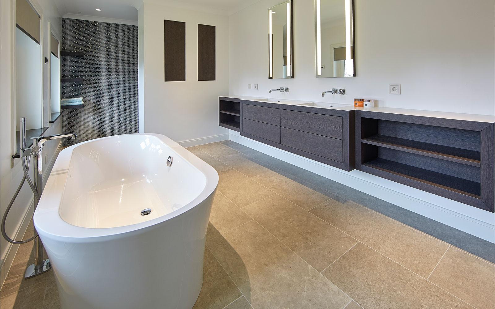 Badkamer, vrijstaand bad, wastafel, Van Heugten Baddesign, inloopdouche, jaren 30 villa, Marco Daverveld