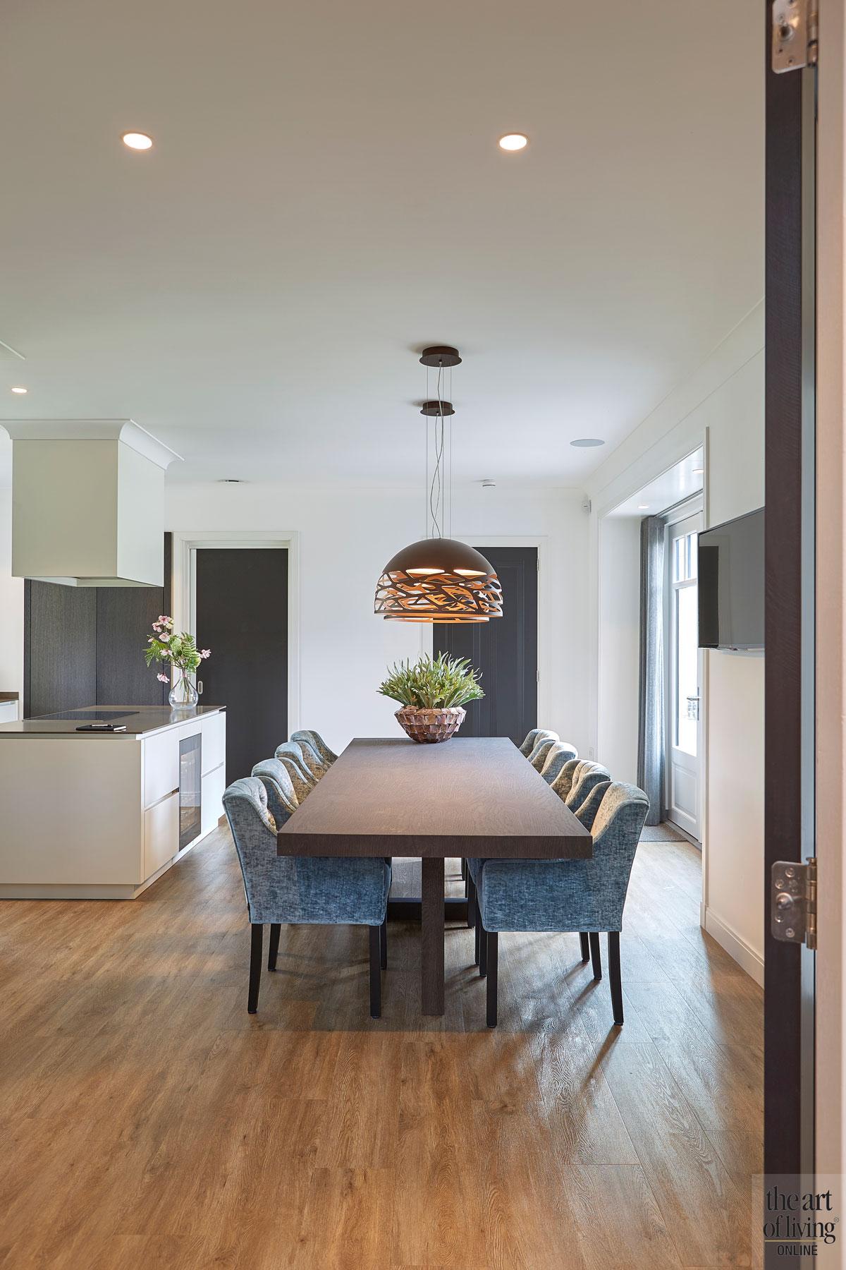 Keuken, meubels, Heerenhuys Interieurs, styling, houten vloer, kookeiland, jaren 30 villa, Marco Daverveld