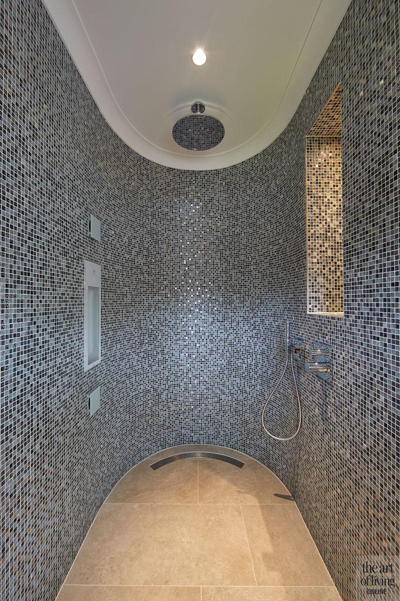 Badkamer, sanitair, inloopdouche, regendouche, mozaiek, Van Heugten Baddesign, jaren 30 villa, Marco Daverveld