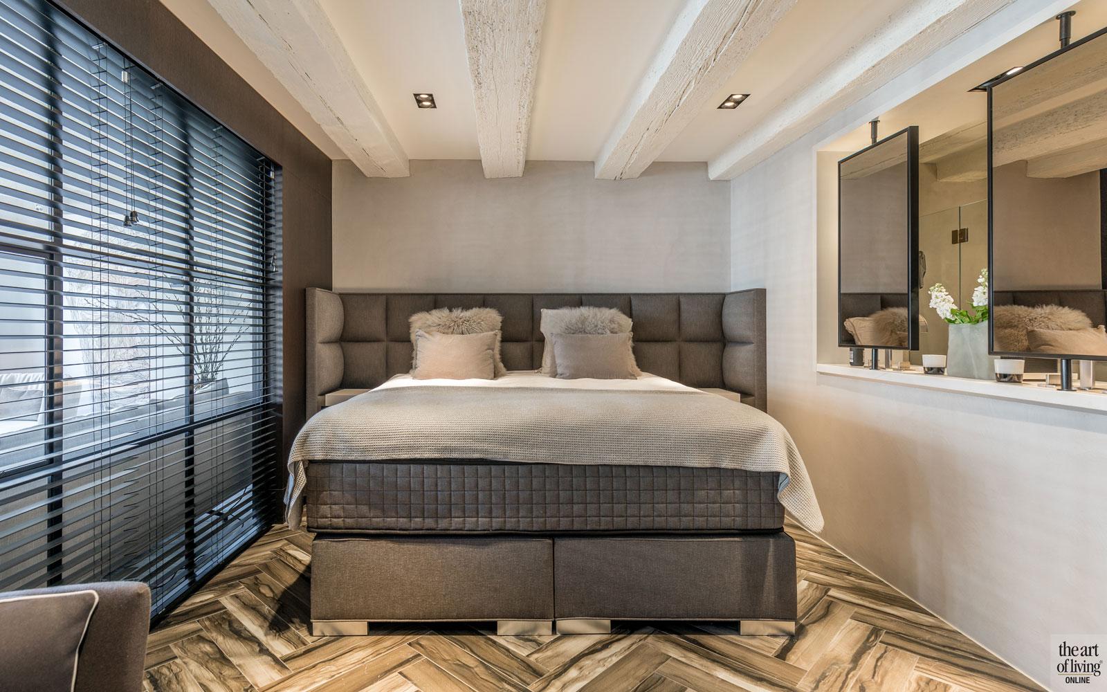 Slaapkamer, boxspring, bed, master bedroom, glazen box, shutters, vloer, visgraat, sfeervolle loft, Studio Vendrig