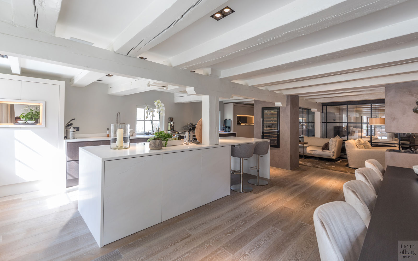 Leefkeuken, ruimtelijk, strak, kookeiland, houten vloer, open verbinding, sfeervolle loft, studio vendrig