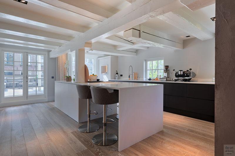 Leefkeuken, kookeiland, bar, houten vloer, strak, wit, sfeervolle loft, studio vendrig