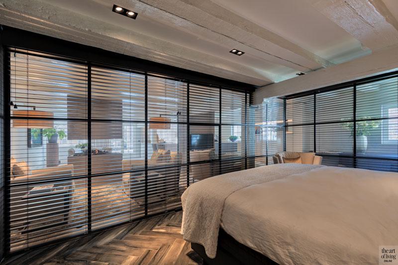 Slaapkamer, glazen box, stalen frame, shutters, visgraat vloer, sfeervolle loft, Studio Vendrig