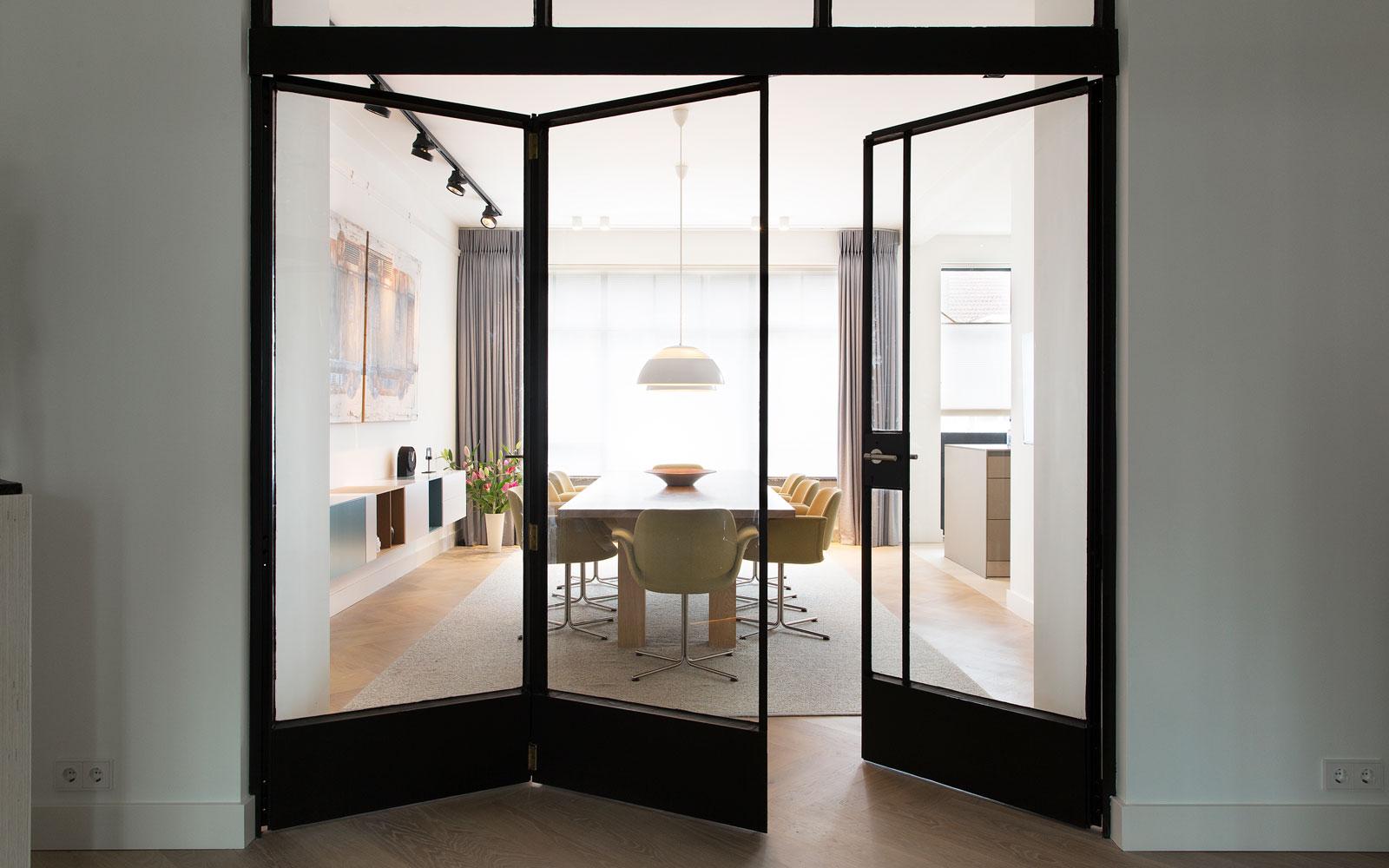 Eetkamer, houten tafel, visgraat parket, stalen deuren, doorkijk, ruimtelijk, stadsappartement, BNLA architecten