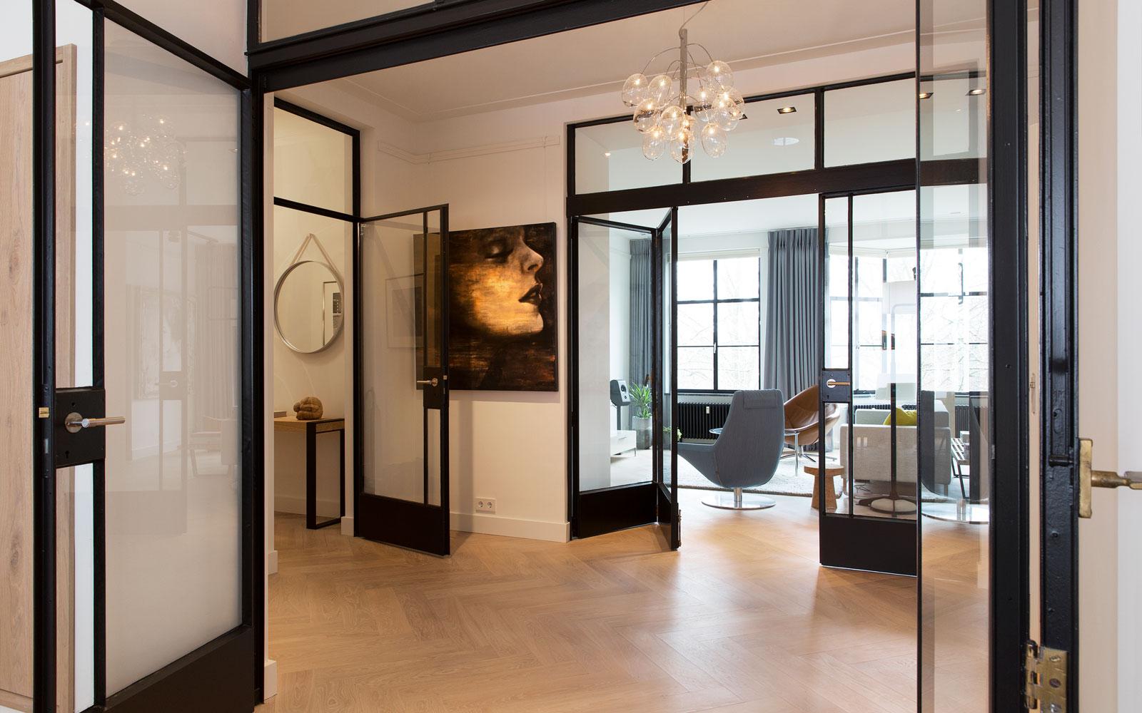 Hal, stalen deuren, visgraat parket, houten vloer, ruimtelijk, open verbinding, stadsappartement, BNLA architecten