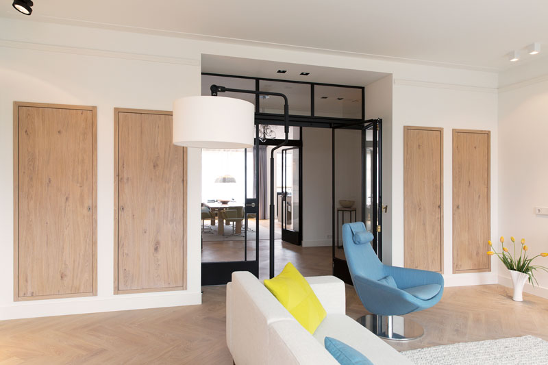 Woonkamer, houten vloer, stalen deuren, designmeubels, Studio Nest, styliste, eikenhout, inbouwkasten, stadsappartement, BNLA architecten