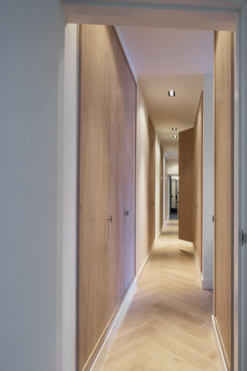 gang, houten deuren, kastenwand, maatwerk, visgraat parket, stadsappartement, BNLA architecten