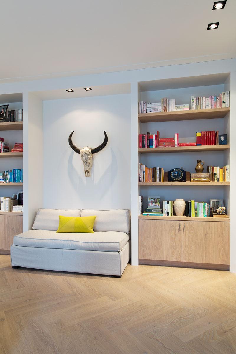 Woonkamer, maatwerk kasten, boekenkast, houten vloer, stadsappartement, BNLA architecten