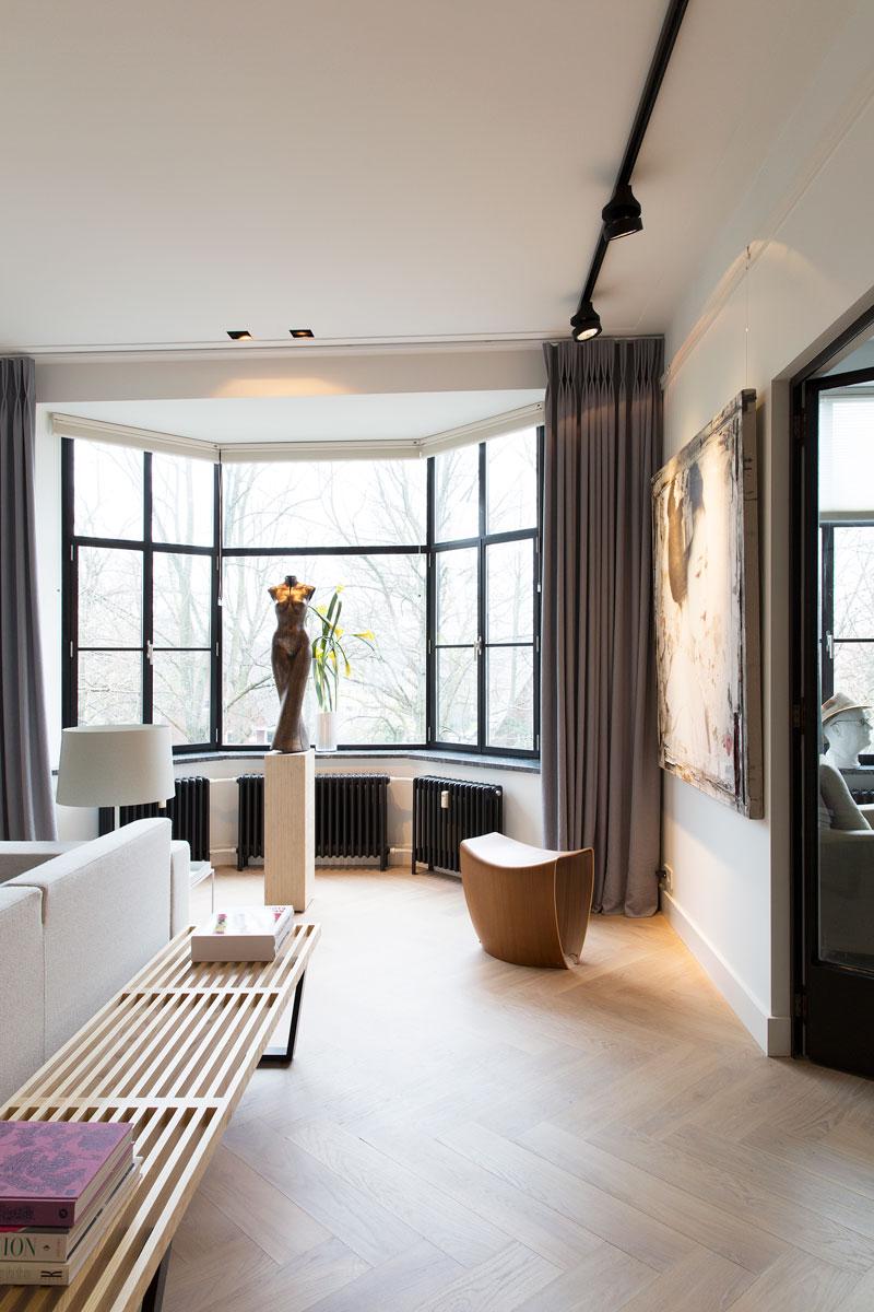 Woonkamer, houten vloer, kunst, grote ramen, lichtinval, stadsappartement, BNLA architecten