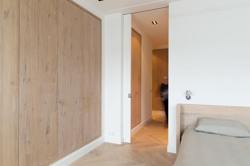 Slaapkamer, master bedroom, kastenwand, eikenhout, maatwerk, stadsappartement, BNLA architecten