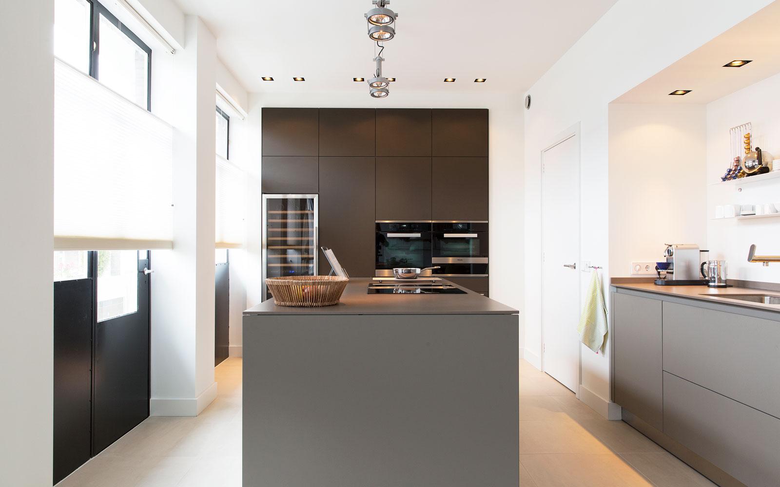 Keuken, kookeiland, donkere tinten, wijnkoelkast, open keuken, stadsappartement, BNLA architecten