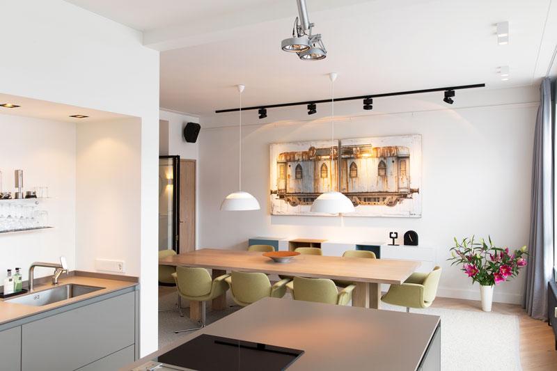 Open keuken, kookeiland, eettafel, eetkamer, kunst, stadsappartement, BNLA architecten