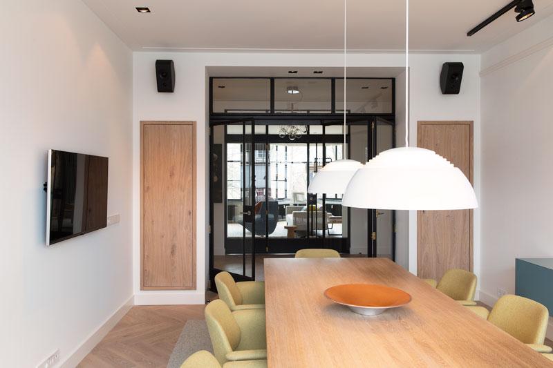 Eetkamer, eettafel, houten tafel, stalen deuren, parket, visgraat, stadsappartement, BNLA architecten