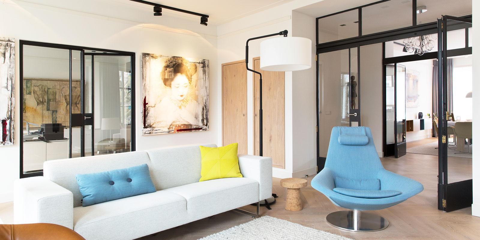 Woonkamer, living, stalen deuren, houten vloer, zithoek, stadsappartement, BNLA architecten