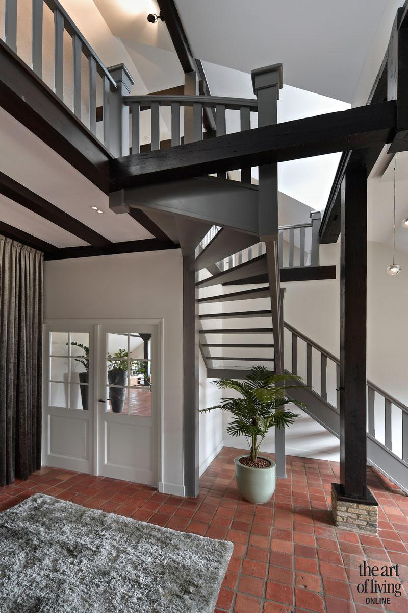 Trap, houten trap, oorspronkelijk, authentiek, geschilderd, grijs, hal, tegelvloer, landelijk, modern, Hemels Wonen