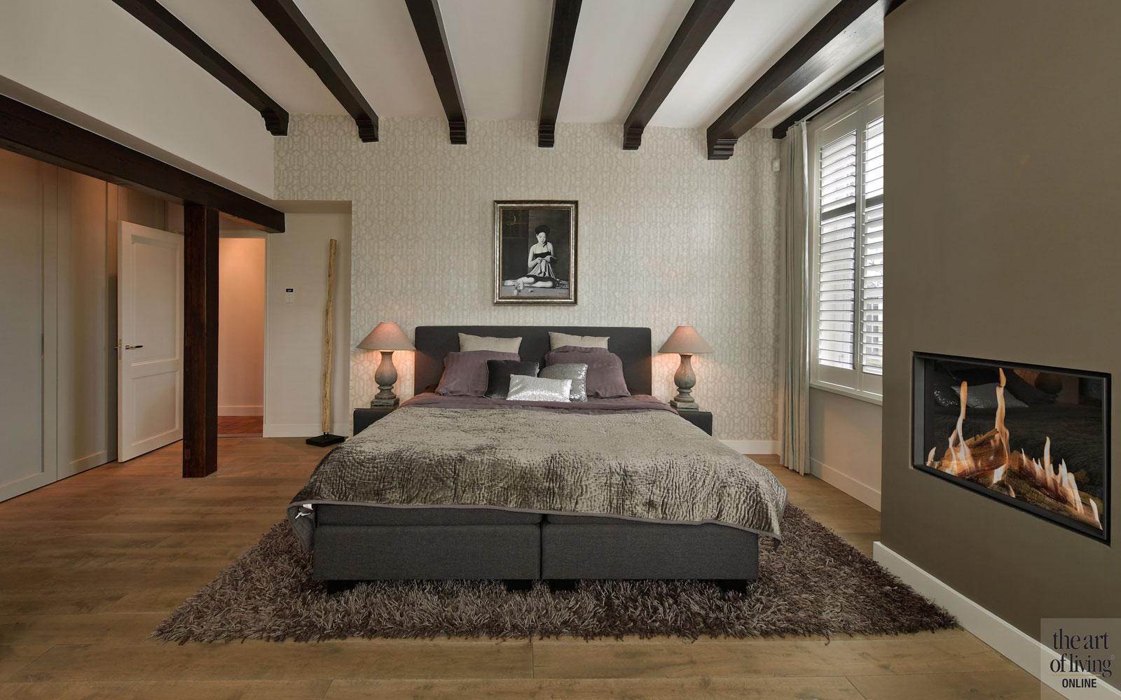 Slaapkamer, bed, master bedroom, open haard, gashard, Jens Haarden, houten vloer, landelijk, modern, Hemels Wonen
