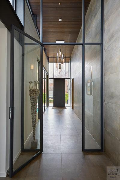 Entree, aluminium kozijnen, Alumiant, tegelvloer, tegelwand, glazen deur, voordeur, moderne bungalow, Leenders Architecten en Ingenieurs