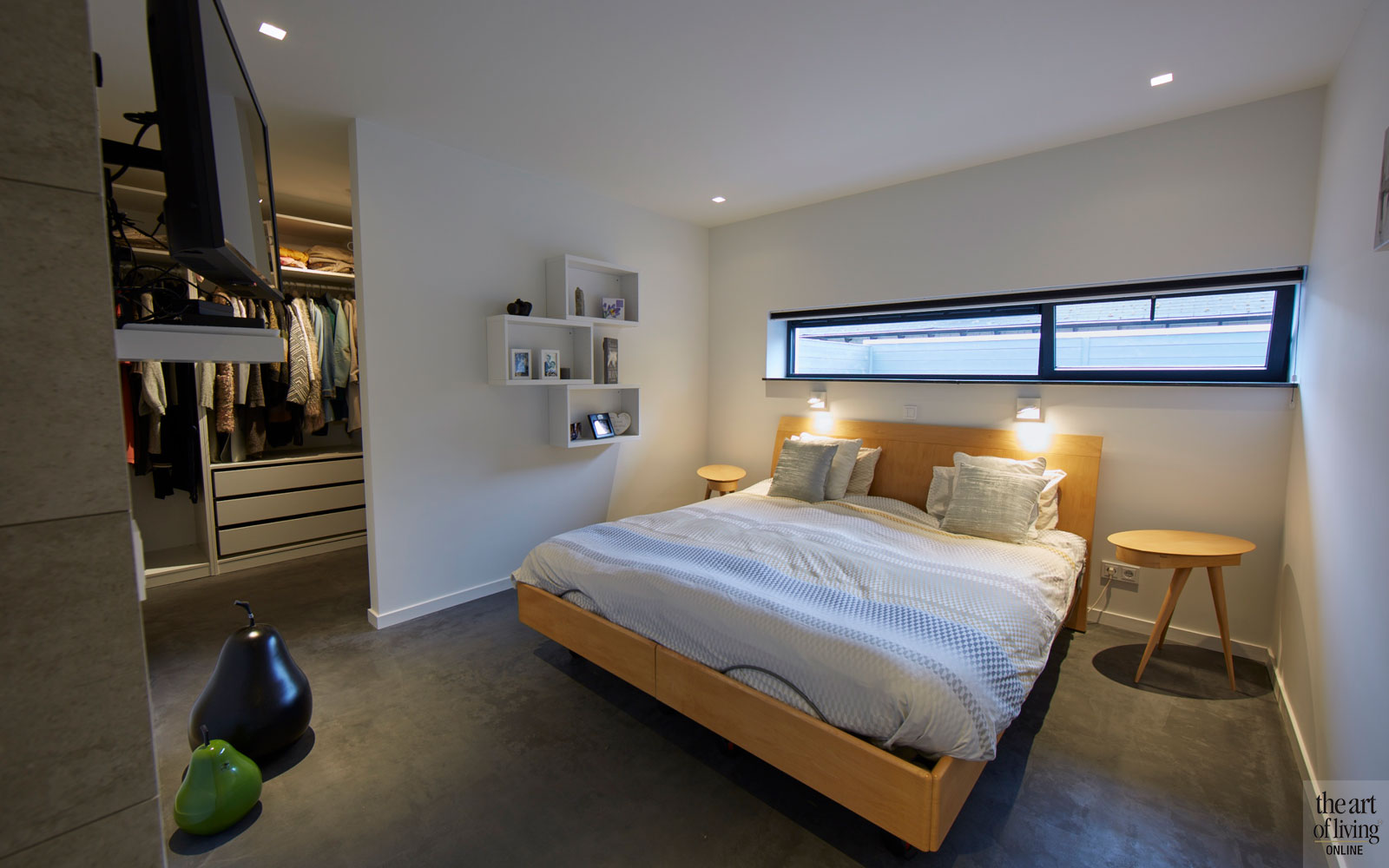Slaapkamer, master bedroom, boxspring, inloopkast, televisie, moderne bungalow, Leenders Architecten en Ingenieurs