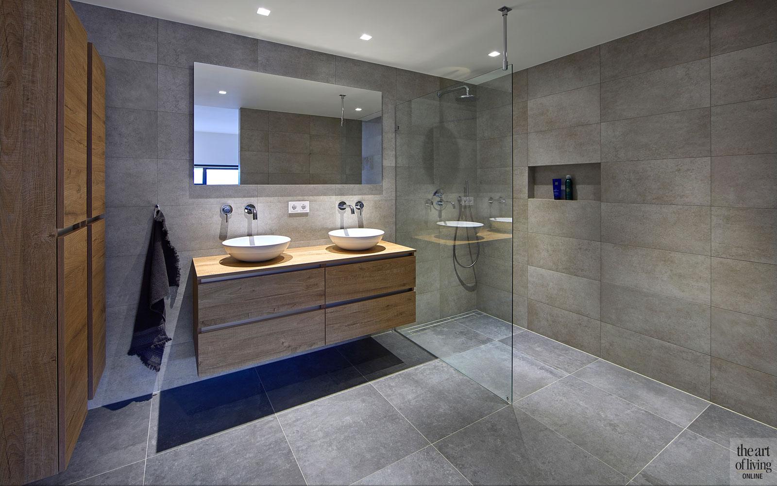 Badkamer, inloopdouche, wastafel, sanitair, tegelwand, tegelvloer, strak, moderne bungalow, Leenders Architecten en Ingenieurs