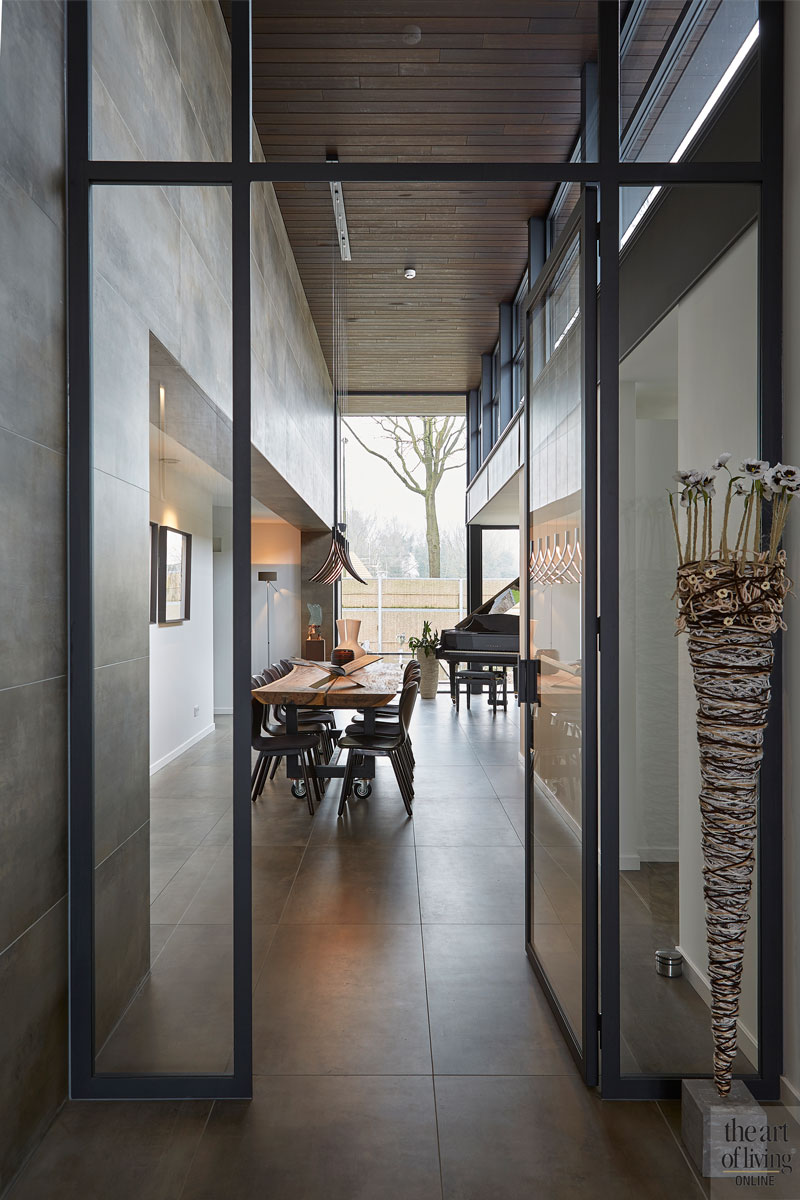 aluminium kozijnen, Alumiant, glazen deuren, eetkamer, eettafel, houten tafel, ruimtelijk, hoogte, moderne bungalow, Leenders Architecten en Ingenieurs