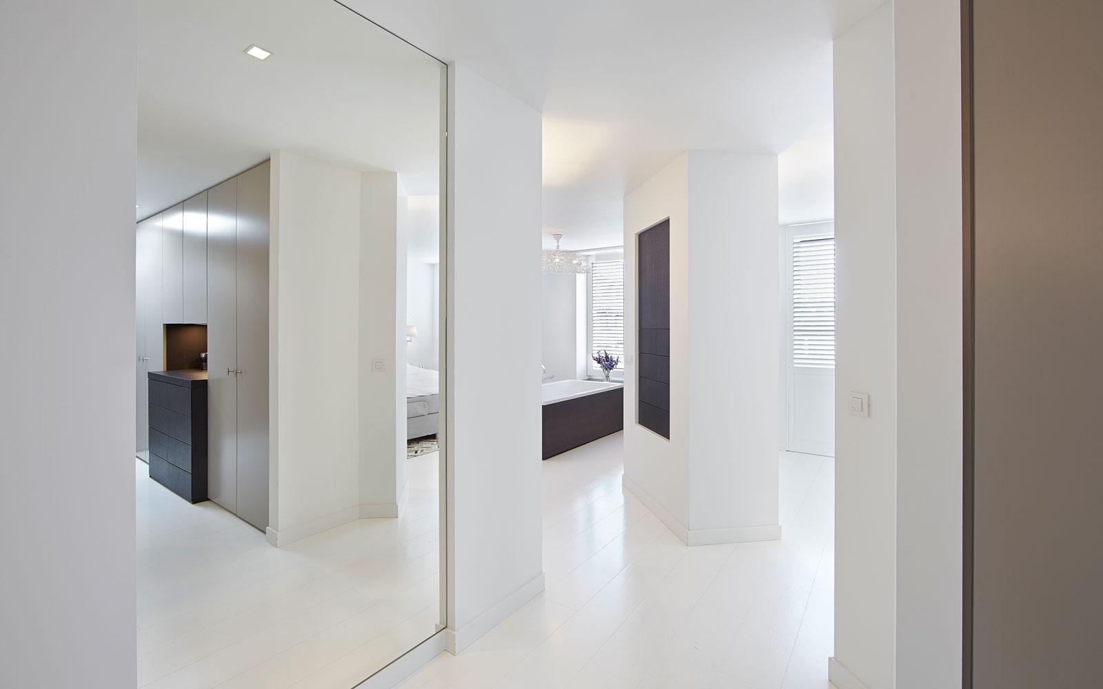 Bovenverdieping, badkamer, slaapkamer, verbinding, ruimtelijk, wit, strak, penthouse, Marco Daverveld