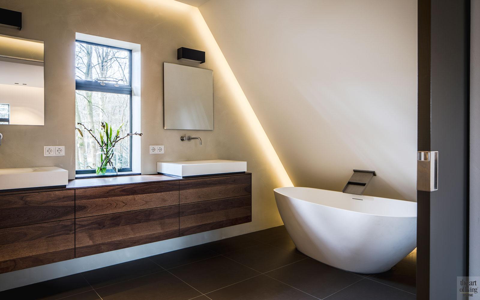 Badkamer, sanitair, vrijstaand bad, wastafel, hout, ledverlichting, monumentale villa, Van den Wildenberg.