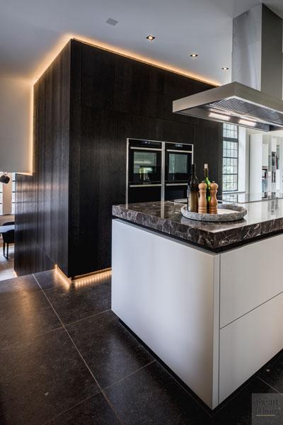 Keuken, houten wand, kookeiland, marmer aanrecht, afzuigkap, tegelvloer, monumentale villa, Van den Wildenberg