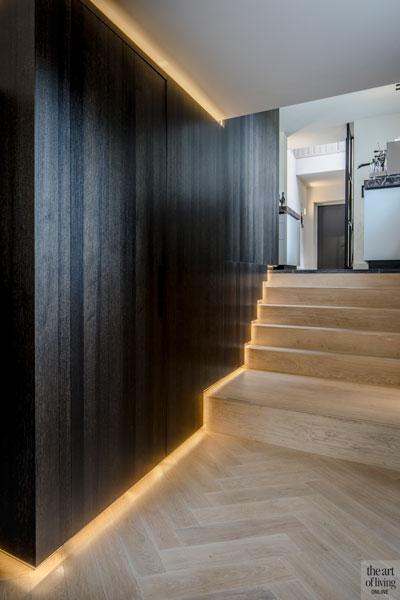 Houten trap, led verlichting, houten wand, visgraat vloer, monumentale villa, Van den Wildenberg