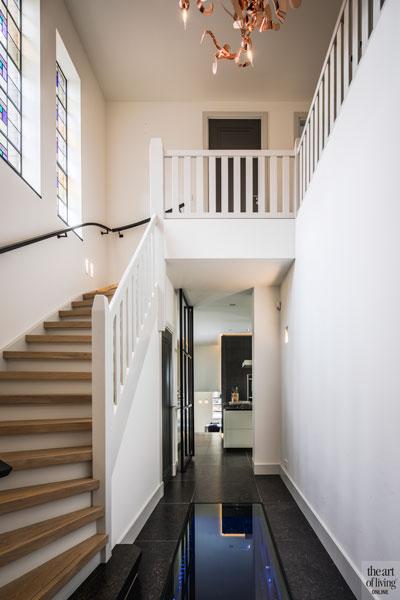 Hal, entree, houten trap, balustrade, wijnkelder, glazen vloer, vide, monumentale villa, Van den Wildenberg