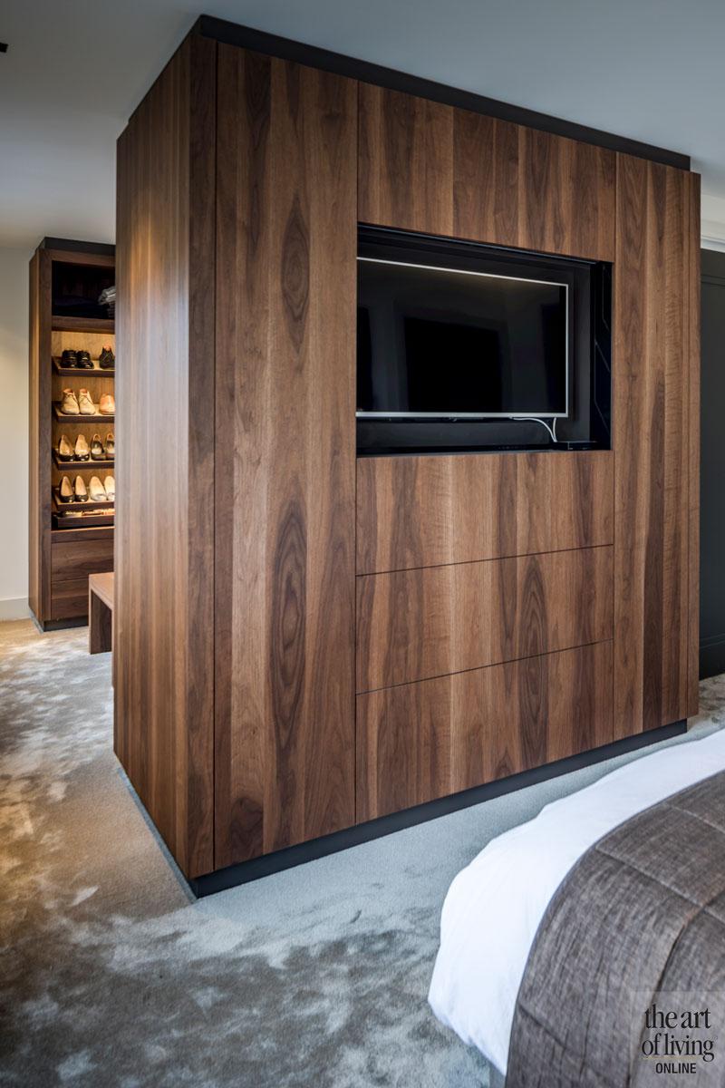 Slaapkamer, kastenwand, houten kast, televisie, roomdivider, monumentale villa, Van den Wildenberg