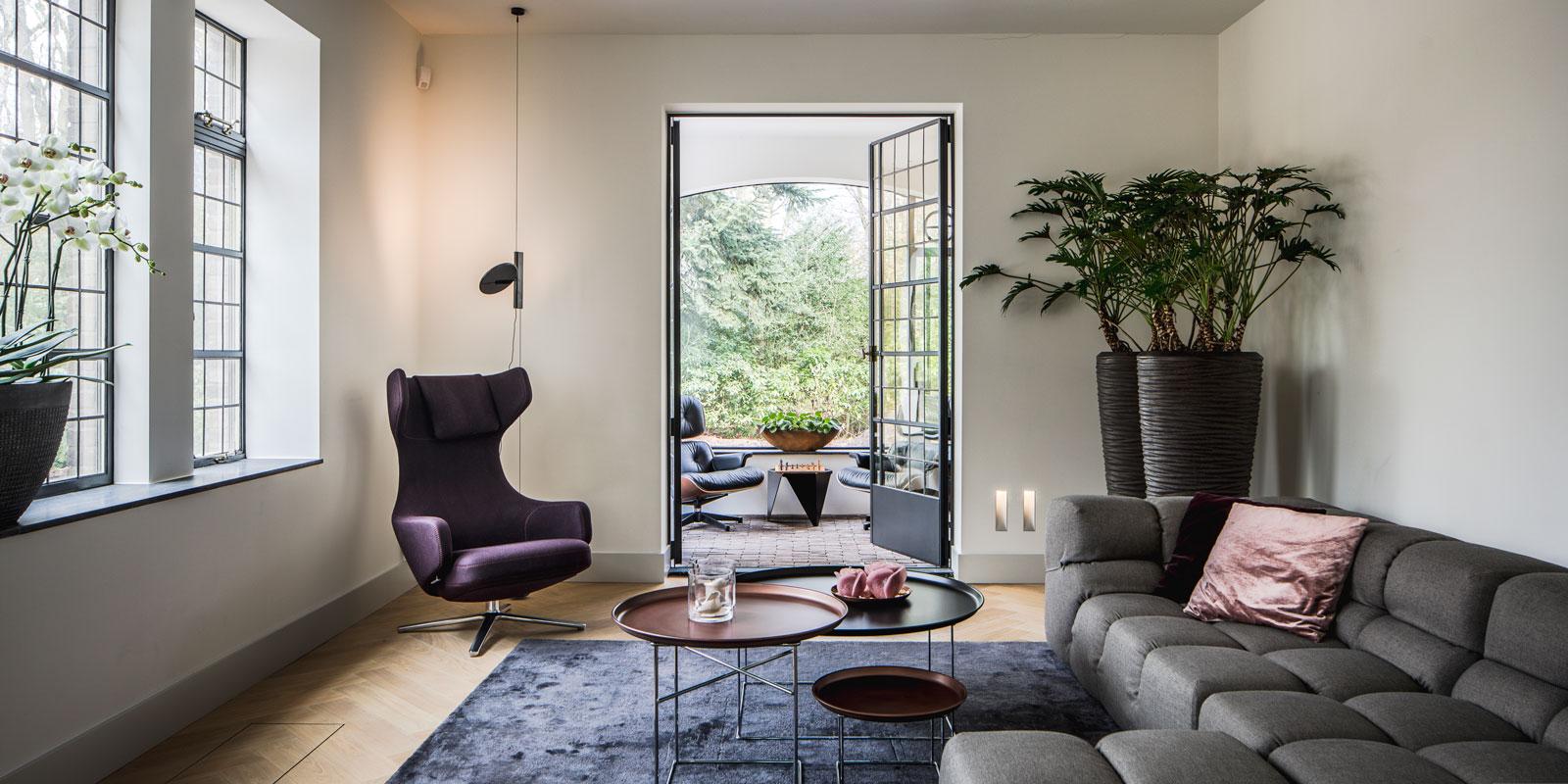 Woonkamer, living, tapijt, taatsdeuren, glazen deur, interieur, monumentale villa, Van den Wildenberg