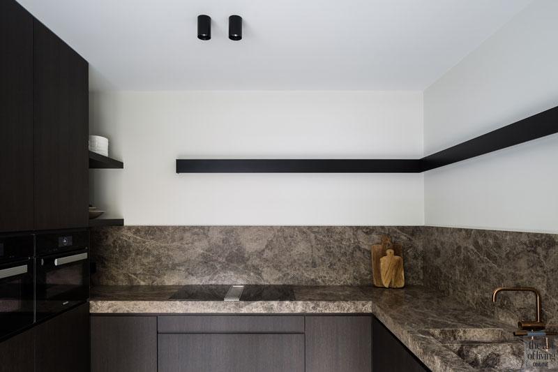 Keuken, extra keuken, natuursteen, kraan, VOLA, contrast, renovate, herenhuis, JUMA architects